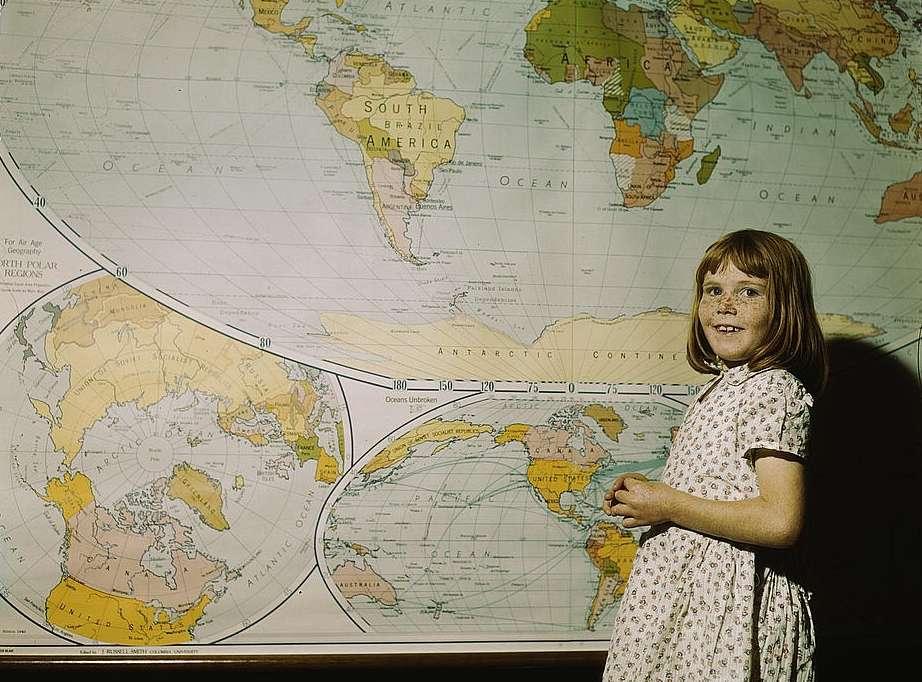 Mädchen vor einer Schulwandkarte, Library of Congress, gemeinfrei